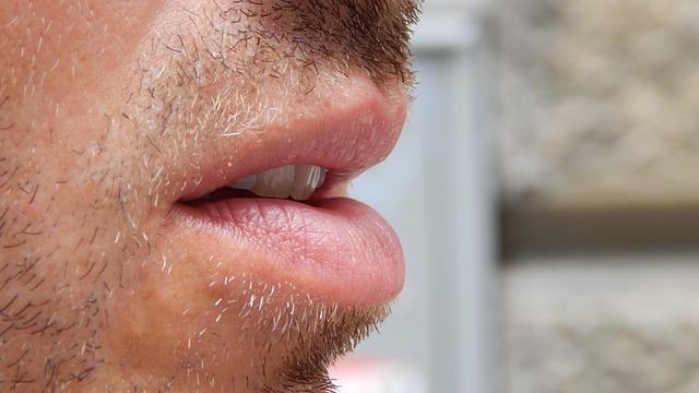 男の唇の乾燥の原因