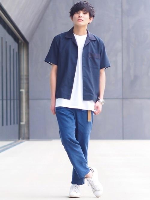 20代前半メンズの夏コーデ オープンカラーシャツ×テーパードパンツ×スニーカー