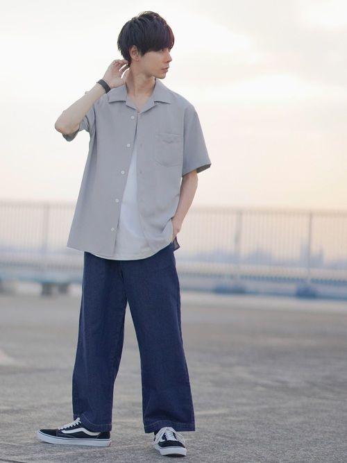 春の高校生男子ファッション オープンカラーシャツ×ワイドパンツ×スニーカー